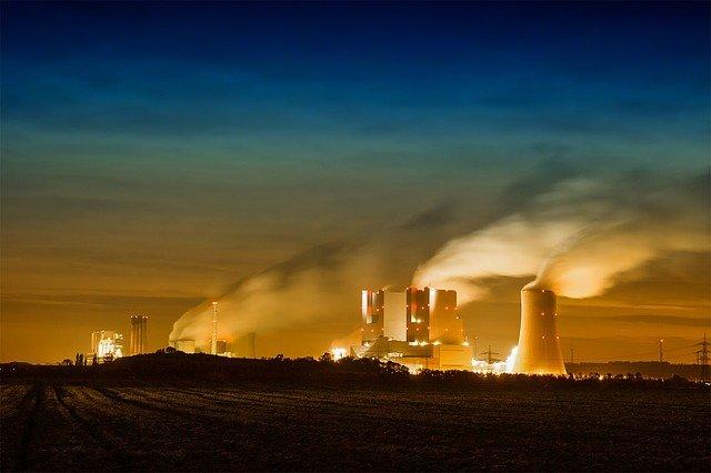 RWE Kohlekraftwerk bei Grevenbroich mit orangenem Himmel und viel Abgasen.